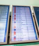 Flygplatsbräde med depatures och ankomster royaltyfri foto