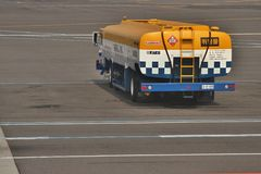 Flygplatsbränslelastbil Fotografering för Bildbyråer