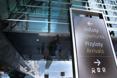 Flygplatscheckin och portsignage royaltyfri foto