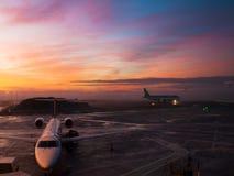 flygplatsedinburgh solnedgång fotografering för bildbyråer
