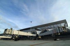 flygplatsen bridges jetway split arkivbilder