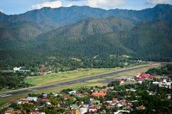 Flygplatsen i berg på Mae Hong Son, nord av Thailand Royaltyfri Bild