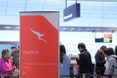 Flygplatsen kontrollerar in räknaren royaltyfria bilder