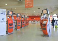 Flygplatsen kontrollerar in räknaren Arkivbilder
