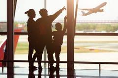 flygplatsen silhouettes handelsresandear Royaltyfri Fotografi