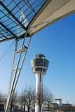 Flygplatsen taklägger med kontrollerar står hög arkivbild