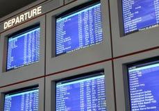 flygplatsen visar information om flyg Arkivfoto