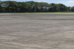 Flygplatsfält med grönska Tom start- och landningsbana i tropiskt land Destination för lopp för sommarsemester arkivbild
