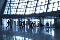 flygplatsfolksilhouettes Royaltyfri Foto