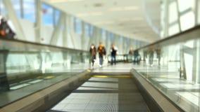 Flygplatshandelsresande på rullbandstrottoarlutandeförskjutning stock video