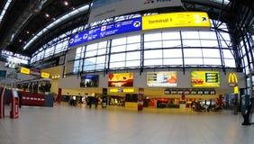 flygplatskontroll prague Arkivbild