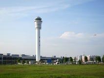 Flygplatskontrolltorn och omgeende miljö Arkivbild