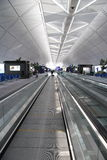 flygplatskorridor Hong Kong Arkivbild