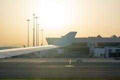 Flygplatslandskap på panelljus på soluppgång i en dimmig soluppgång på suddighetsbakgrund royaltyfri bild