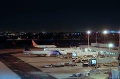 flygplatsnattsikt Arkivfoton