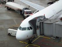 Flygplatsoperationer - behandla - underhållsflygplan Arkivfoto