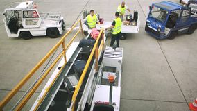 Flygplatsplats med bagage stock video