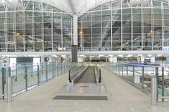 flygplatsportinterior till walkwayen Arkivfoto
