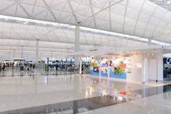 flygplatsportinterior till walkwayen Arkivfoton
