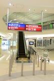 flygplatsportinterior till walkwayen Royaltyfri Foto