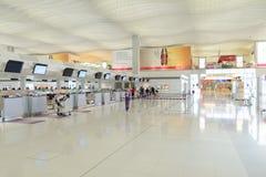 flygplatsportinterior till walkwayen Arkivbilder