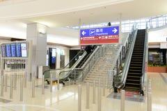 flygplatsportinterior till walkwayen Arkivbild