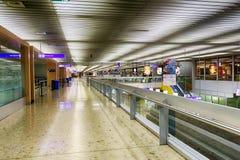 flygplatsportinterior till walkwayen Royaltyfri Fotografi