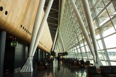 flygplatsportinterior till walkwayen Royaltyfria Bilder
