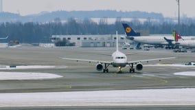 Flygplatsrörelse i den Munich flygplatsen MUC lager videofilmer
