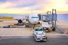 Flygplatsrampservice för för en landning för kommersiell nivå fotografering för bildbyråer
