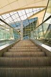 flygplatsrulltrappa munich Arkivfoton