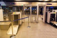 Flygplatssäkerhet testpunkt passagerare royaltyfria bilder