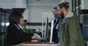 Flygplatssäkerhetspersonal som kontrollerar ID arkivfilmer