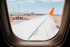 Flygplatssikt från flygplanet Royaltyfri Foto