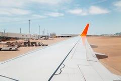 Flygplatssikt från flygplanet Royaltyfri Fotografi