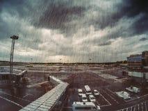 Flygplatssikt i regnig och molnig dag från väntande zonområde Royaltyfri Fotografi