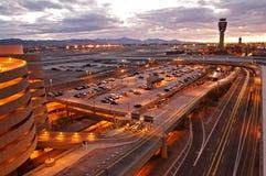 flygplatssolnedgång Arkivfoto