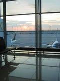 flygplatssoluppgång Arkivfoton