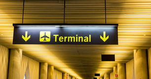 Flygplatstecken som riktar passagerare till den slutliga byggnaden Fotografering för Bildbyråer