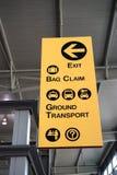 Flygplatstecknet riktar handelsresande Fotografering för Bildbyråer