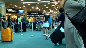 Flygplatsterminal av den internationella ankomstlobbyen stock video