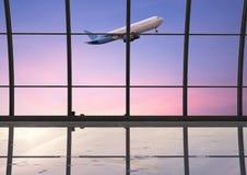 Flygplatsterminal med fönsterexponeringsglas Royaltyfria Bilder
