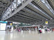 Flygplatsterminal med folk Royaltyfri Foto