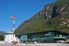 Flygplatsterminal och flygtrafikkontrolltorn Royaltyfria Bilder