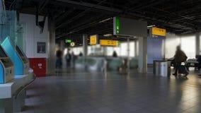 Flygplatsterminal, passagerare med bagage som går till incheckningskrivbordet som reser stock video