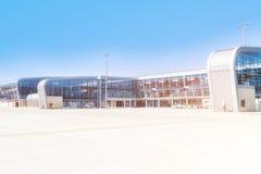 Flygplatsterminal utanför på den soliga morgonen Arkivfoton