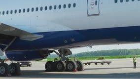 Flygplatstrafik i den Domodedovo flygplatsen lager videofilmer