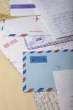 Flygpostkuvert med gamla handskrivna bokstäver Arkivfoto