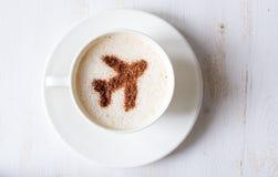 Flygservice ger kaffe Kopp kaffe med garnering av kanel format flygplan arkivbild