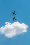 Flygshowen hyvlar bildande med fluffiga moln i bakgrund Arkivbilder